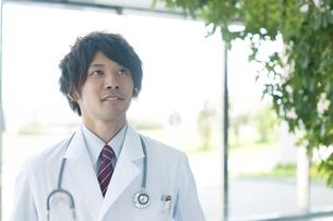 病院のロビーに立つ医者の写真素材 [FYI04545871]