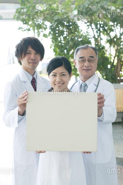メッセージボードを持つ医者と看護師の写真素材 [FYI04545874]