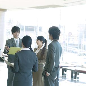 オフィスで打合せをするビジネスマンとビジネスウーマンの写真素材 [FYI04545900]