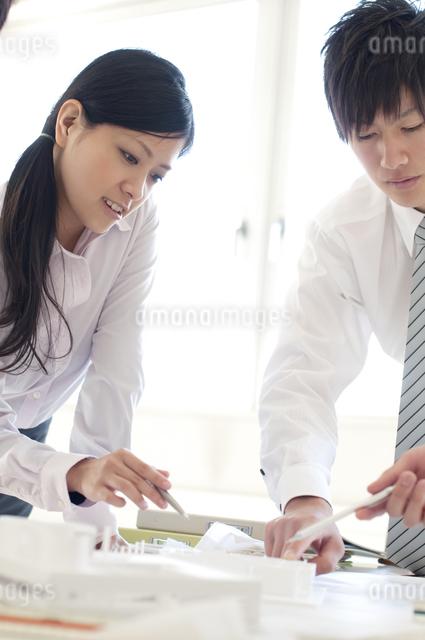 打合せをするビジネスマンとビジネスウーマンの写真素材 [FYI04545910]