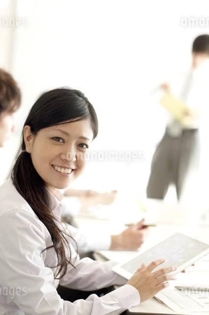 オフィスで微笑むビジネスウーマンの写真素材 [FYI04545930]