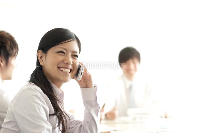 スマートフォンで電話をするビジネスウーマンの写真素材 [FYI04545934]