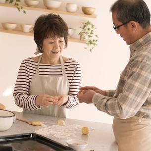 パン作りをするシニア夫婦の写真素材 [FYI04545944]