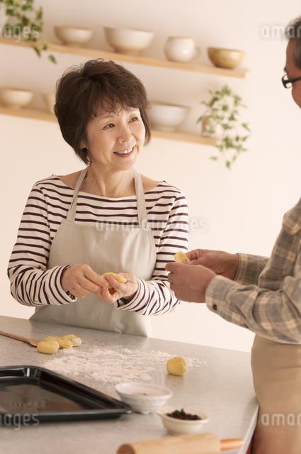 パン作りをするシニア夫婦の写真素材 [FYI04545946]