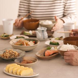 食事をするシニア夫婦の手元の写真素材 [FYI04545954]