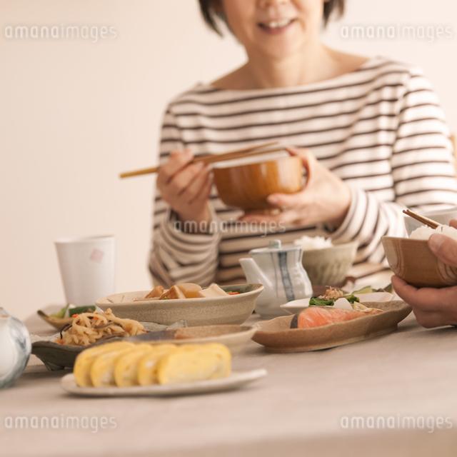 和食を食べるシニア女性の写真素材 [FYI04545958]