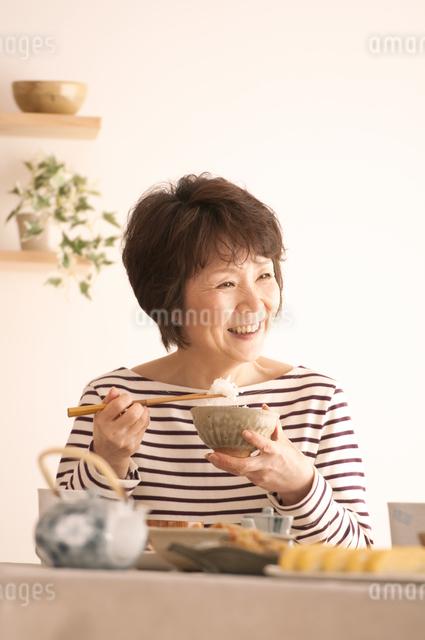 和食を食べるシニア女性の写真素材 [FYI04545960]