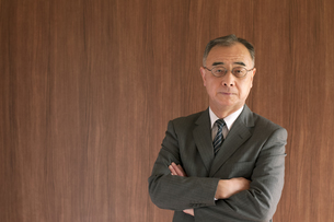 腕組みをするビジネスマンの写真素材 [FYI04545977]