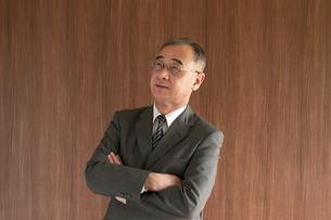 腕組みをするビジネスマンの写真素材 [FYI04545987]