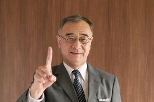 指を指すビジネスマンの写真素材 [FYI04546017]