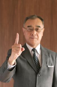 指を指すビジネスマンの写真素材 [FYI04546020]