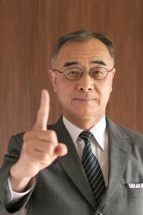 指を指すビジネスマンの写真素材 [FYI04546022]