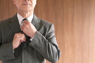 ネクタイを締め直すビジネスマンの手元の写真素材 [FYI04546053]