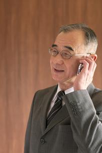 スマートフォンで電話をするビジネスマンの写真素材 [FYI04546058]