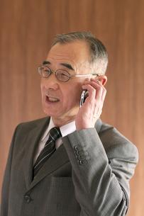 スマートフォンで電話をするビジネスマンの写真素材 [FYI04546059]
