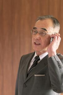 スマートフォンで電話をするビジネスマンの写真素材 [FYI04546061]