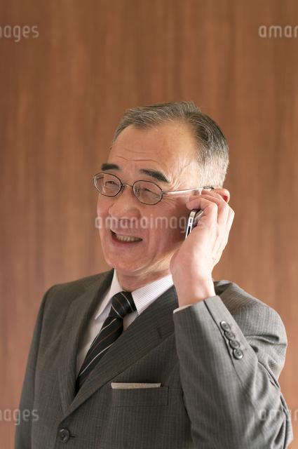 スマートフォンで電話をするビジネスマンの写真素材 [FYI04546064]