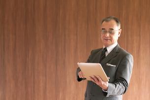 タブレットPCを持つビジネスマンの写真素材 [FYI04546081]