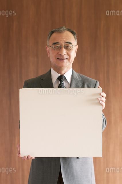 メッセージボードを持つビジネスマンの写真素材 [FYI04546109]