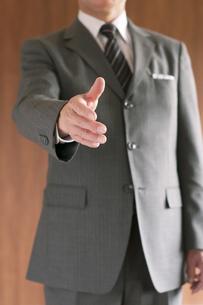 手を差し出すビジネスマンの写真素材 [FYI04546121]