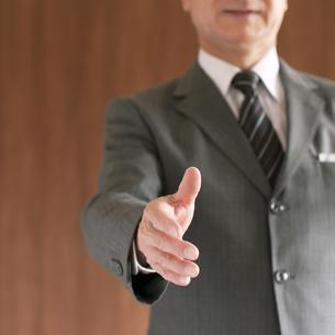 手を差し出すビジネスマンの写真素材 [FYI04546123]