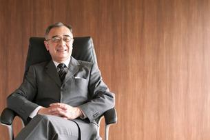 椅子に座るビジネスマンの写真素材 [FYI04546127]
