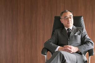 椅子に座るビジネスマンの写真素材 [FYI04546131]