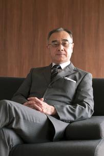 ソファーに座るビジネスマンの写真素材 [FYI04546194]