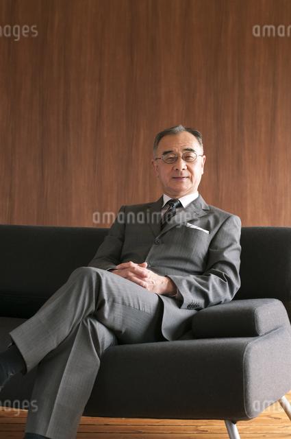ソファーに座るビジネスマンの写真素材 [FYI04546195]