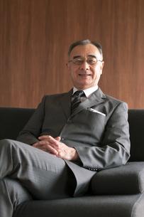 ソファーに座るビジネスマンの写真素材 [FYI04546196]