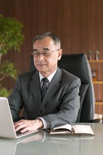 ノートパソコンを操作するビジネスマンの写真素材 [FYI04546242]