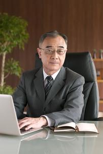 ノートパソコンを操作するビジネスマンの写真素材 [FYI04546244]