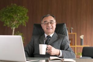 コーヒーカップを持つビジネスマンの写真素材 [FYI04546259]