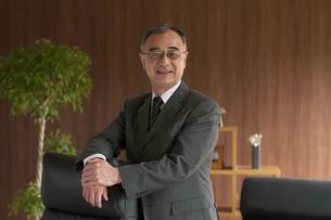 椅子に手をかけるビジネスマンの写真素材 [FYI04546266]