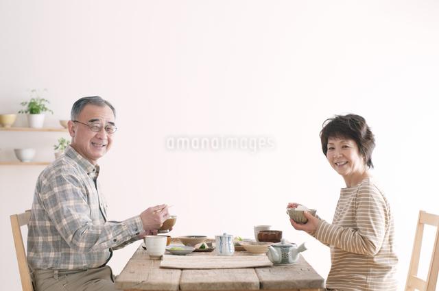 朝食を食べるシニア夫婦の写真素材 [FYI04546287]