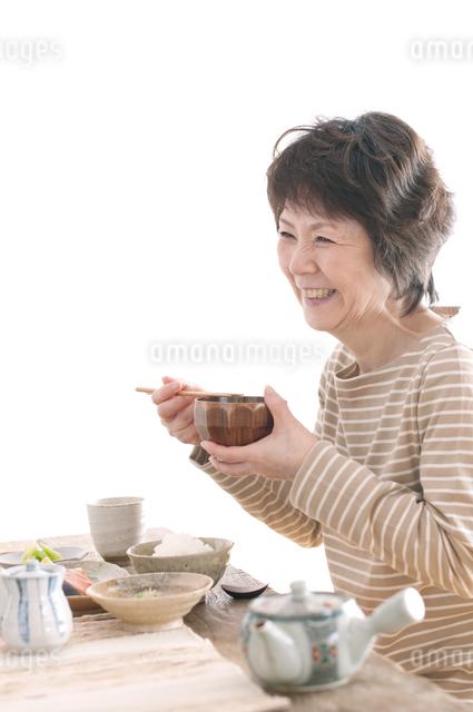 朝食を食べるシニア女性の写真素材 [FYI04546289]