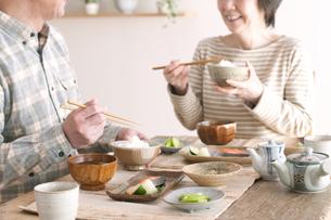 朝食を食べるシニア夫婦の写真素材 [FYI04546292]