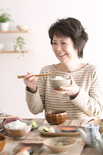 朝食を食べるシニア女性の写真素材 [FYI04546294]