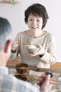 朝食を食べるシニア夫婦の写真素材 [FYI04546300]
