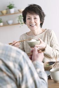 朝食を食べるシニア夫婦の写真素材 [FYI04546302]