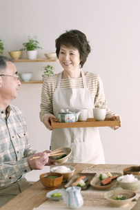 シニア夫婦の朝食風景の写真素材 [FYI04546306]