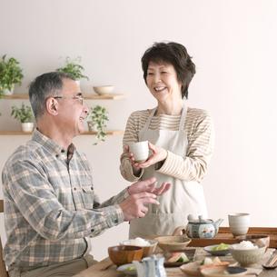 シニア夫婦の朝食風景の写真素材 [FYI04546308]