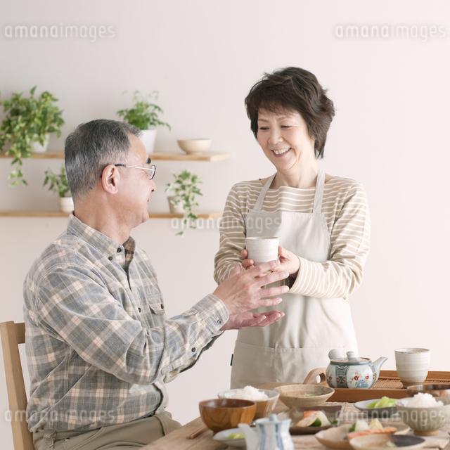 シニア夫婦の朝食風景の写真素材 [FYI04546311]