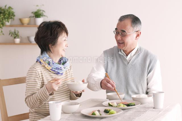 朝食を食べるシニア夫婦の写真素材 [FYI04546315]