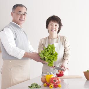 料理をするシニア夫婦の写真素材 [FYI04546321]