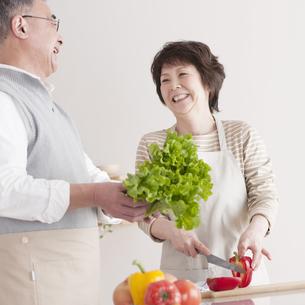 料理をするシニア夫婦の写真素材 [FYI04546322]