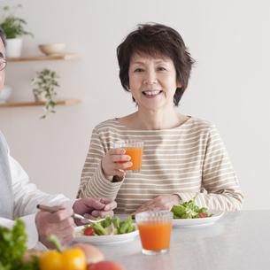 野菜中心の食事をするシニア女性の写真素材 [FYI04546328]