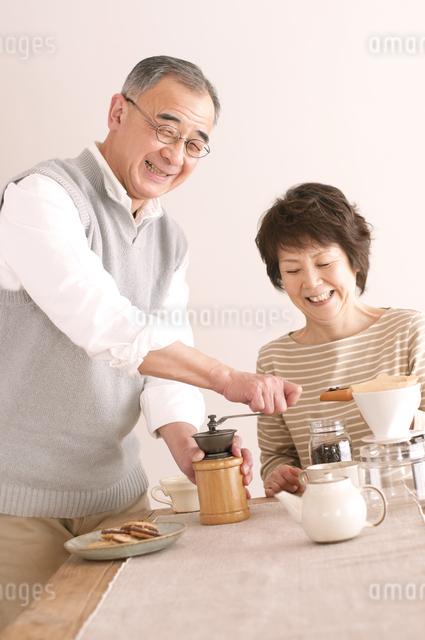 コーヒーをいれるシニア夫婦の写真素材 [FYI04546355]
