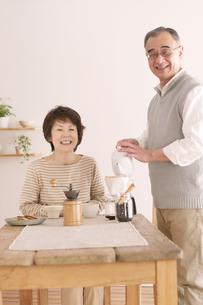 コーヒーをいれるシニア夫婦の写真素材 [FYI04546363]