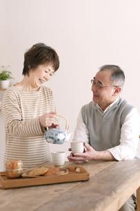 お茶をいれるシニア夫婦の写真素材 [FYI04546377]